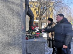 Цветы к мемориалу